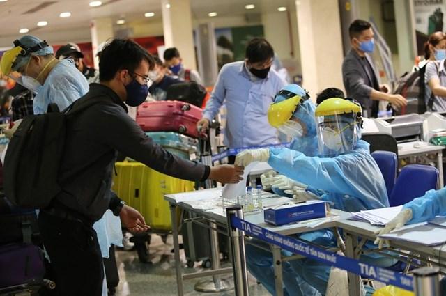 Làm thủ tục khai báo y tế tại sân bay Tân Sơn Nhất trong thời điểm cao điểm chống dịch