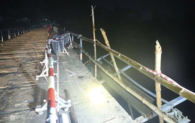 8 m lan can bị ô tô húc gãy đang được rào tạm để sửa chữa. Ảnh: Nguyễn Hải.