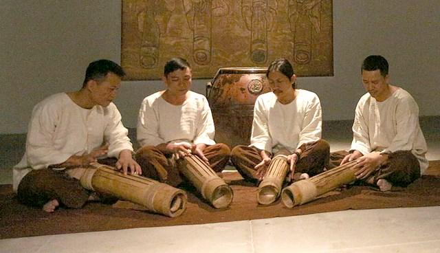 Biểu diễn nhạc cụ làm từ tre.