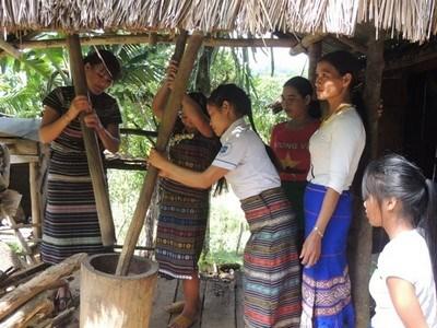 Chị em chi hội phụ nữ thôn Tu La, xã Sơn Mùa, huyện Sơn Tây, tỉnh Quảng Ngãi giúp nhau phát triển kinh tế.