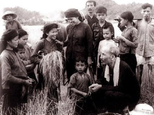 Chủ tịch Hồ Chí Minh thăm bà con nông dân xã Hùng Sơn, huyện Đại Từ, tỉnh Thái Nguyên (năm 1954). Ảnh: TTXVN.