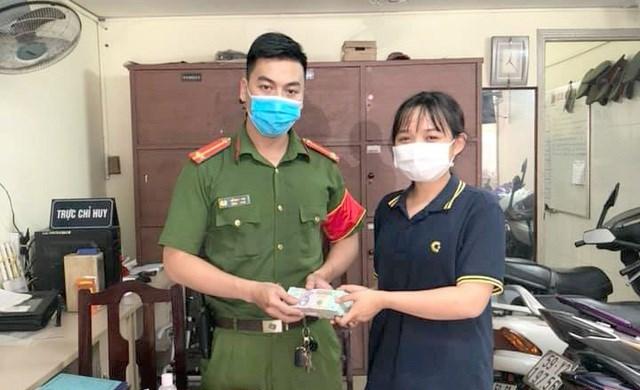 Em Kiều Anh giao số tiền gần 200 triệu đồng nhặt được cho Công an phường 14 (quận Bình Thạnh) để tìm người đánh rơi.