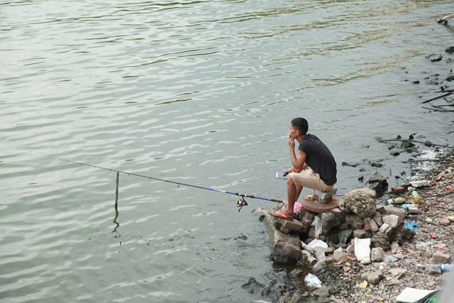 Một người câu cá ở Hồ Tây.