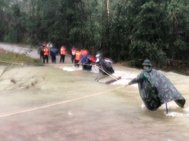 Các lực lượng cứu hộ nỗ lực tiếp cận hiện trường để ứng cứu vụ sạt lở thủy điện Rào Trăng 3. ẢNH: TN.