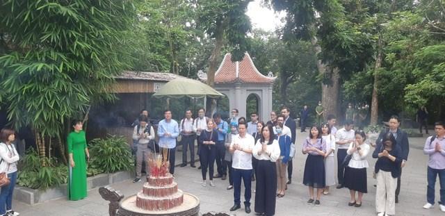 Đoàn công tác thắp hương tại các đền.