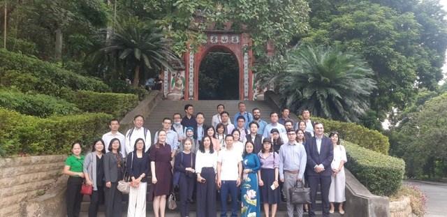 Các tùy viên sứ quán và nhà báo quốc tế chụp ảnh lưu niệm tại cổng Đền Hùng.