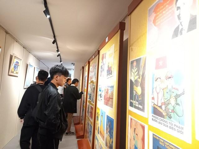 Tranh cổ động trưng bày tại Bảo tàng Báo chí Việt Nam nhận được sự quan tâm của nhiều bạn trẻ.