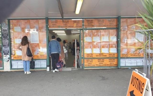 Không cần chờ đợi đến ngày bầu cử chính thức là ngày mai, cho đến lúc này, hơn 50% cử tri New Zealand đã đi bỏ phiếu sớm. Ảnh: RNZ.