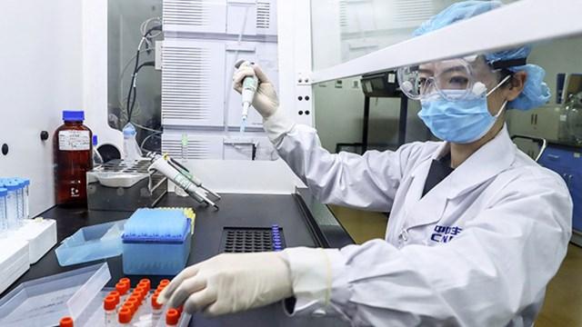 Nhân viên y tế Trung Quốc kiểm tra mẫu vaccine tiềm năng. Ảnh: XINHUA.