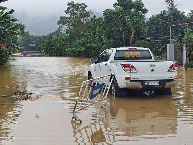 Nước ngập đường 12 A, đoạn qua thôn Tân Lý (xã Minh Hóa, huyện Minh Hóa, tỉnh Quảng Bình)..