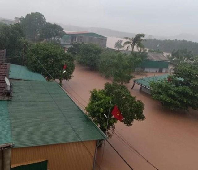 Mưa lớn kéo dài cùng với việc hồ Kẻ Gỗ xả tràn, xã Cẩm Mỹ, (huyện Cẩm Xuyên, Hà Tĩnh) ngập nặng.