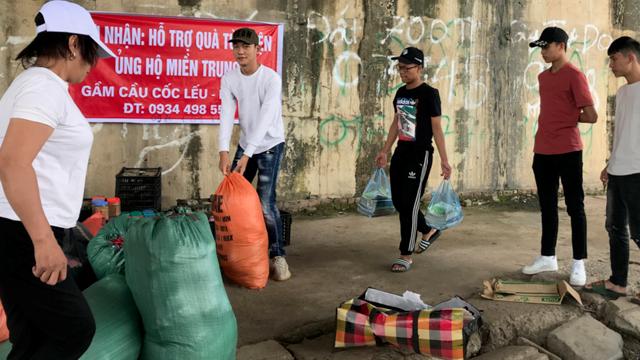 Người dân thành phố Lào Cai tập kết quần áo, lương thực chuẩn bị đưa vào miền Trung.