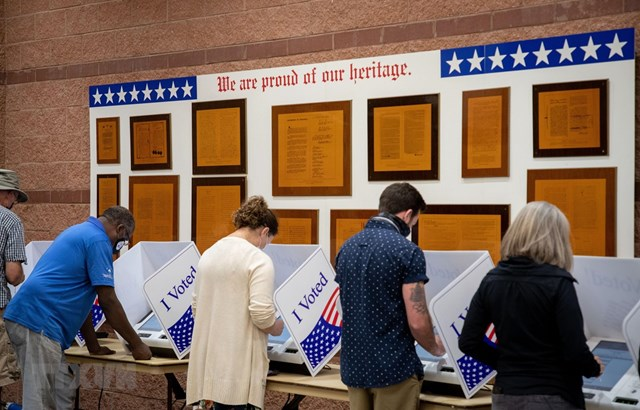 Cử tri bỏ phiếu sớm bầu Tổng thống Mỹ tại điểm bầu cử ở bang Nam Carolina ngày 16/10/2020. (Ảnh: AFP/TTXVN).