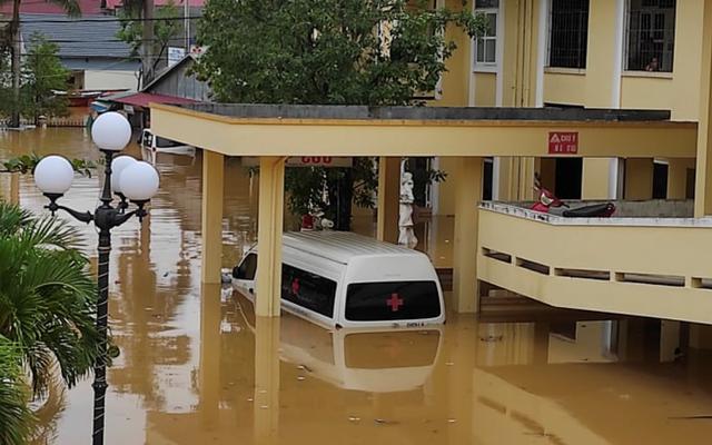 Bệnh viện huyện Lệ Thủy (Quảng Bình) bị nước lũ tấn công.