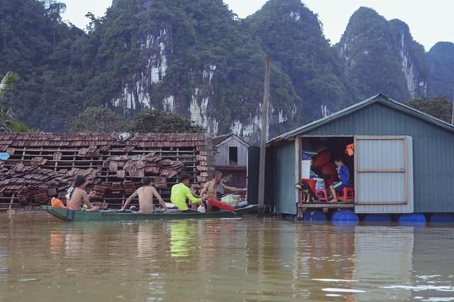 """Nhà """"phao"""" của người dân Tân Hóa (Quảng Bình). Ảnh: Nguyễn Do."""