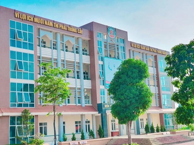 Trường THPT Phan Huy Chú tại xã Sài Sơn, huyện Quốc Oai, Hà Nội.