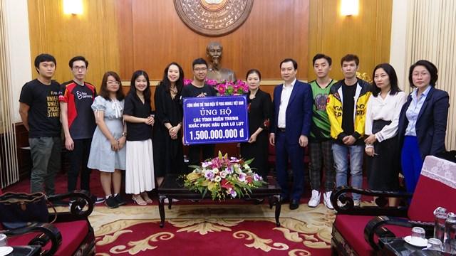 Phó Chủ tịch Trương Thị Ngọc Ánh tiếp nhận ủng hộ đồng bào miền Trung.