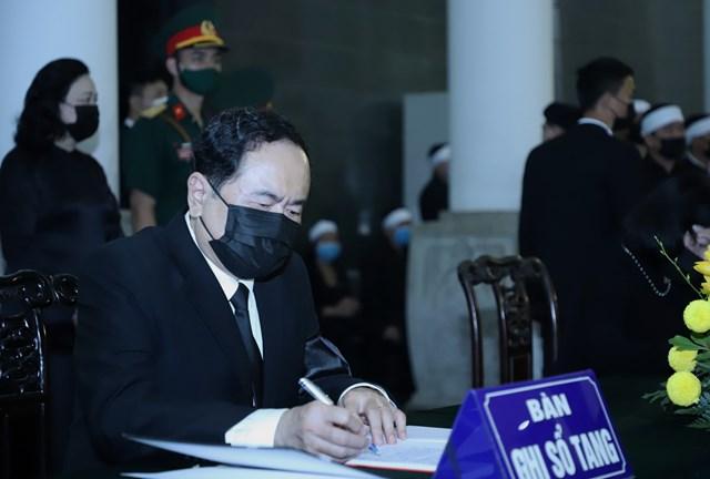 Chủ tịch MTTQ Việt Nam Trần Thanh Mẫn xúc động ghi sổ tang