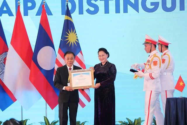 Giải thưởng vì sự cống hiến cho AIPA đã được trao cho Chủ tịch Quốc hội Lào Pany Yathoutu. Trong ảnh, đại diện Lào thay mặt nhận giải thưởng