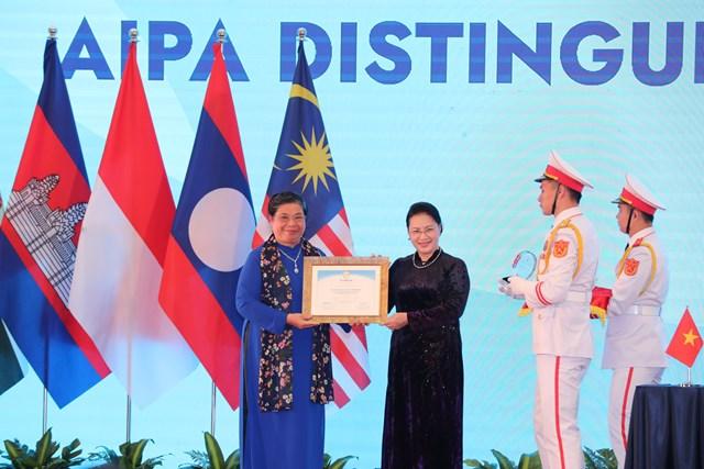 Phó Chủ tịch Thường trực Quốc hội Tòng Thị Phóng nhận giải thưởng vì sự cống hiến từ Chủ tịch Quốc hội Nguyễn Thị Kim Ngân