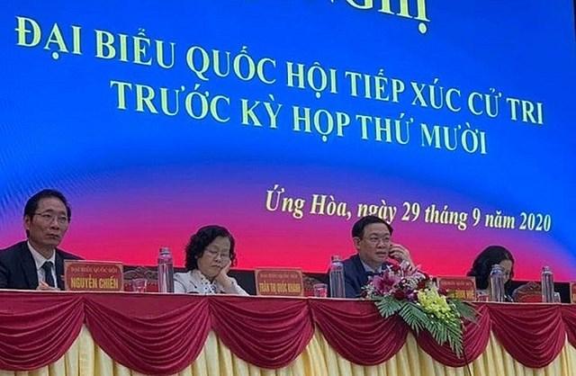 Bí thư Thành ủy Hà Nội Vương Đình Huệ gọi điện thoại trao đổi việc cử tri nêu ngay tại buổi tiếp xúc