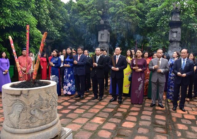 Đoàn đại biểu Hà Nội do Phó Bí thư Ngô Thị Thanh Hằng dẫn đầu dâng hương tại đền Đô