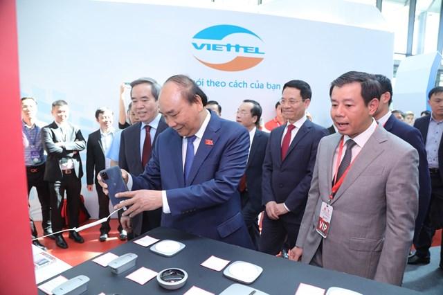 Thủ tướng Nguyễn Xuân Phúc và cscs đại biểu tham quan triển lãm tại diễn đàn-Ảnh: Quang Vinh