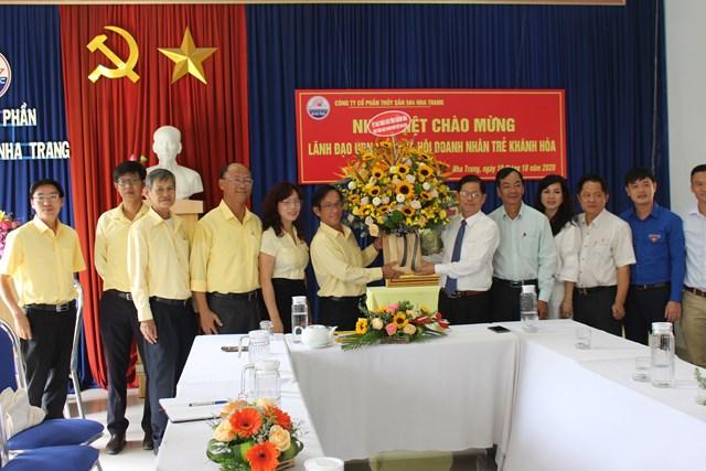 Chủ tịch Nguyễn Tấn Tuân tặng hoa chúc mừng
