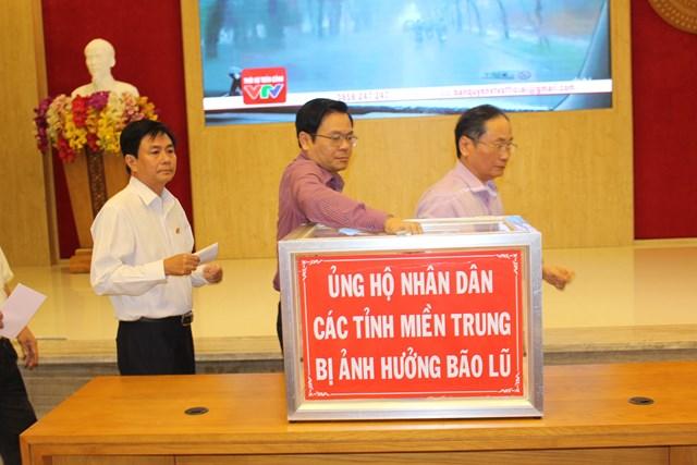 Lãnh đạo tỉnh Khánh Hòa ủng hộ nhân dân miền Trung.