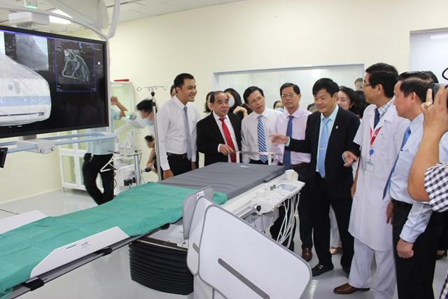 Các lãnh đạo thăm hệ thống máy DSA.