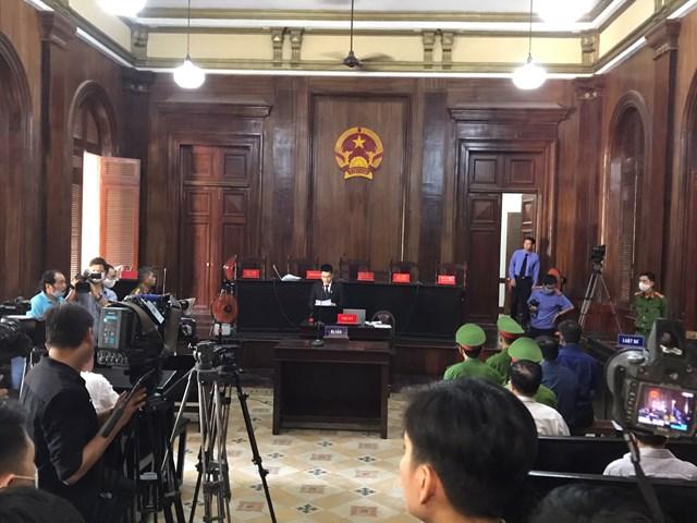 Đúng 8h, thư ký tòa hướng dẫn quy trình xét xử và quy định về khu vực tác nghiệp đối với phóng viên, báo chí.