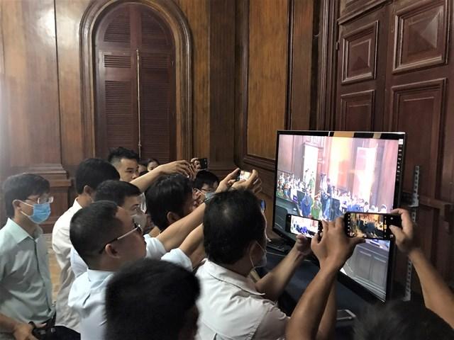 Từ 9h các phóng viên được yêu cầu ổn định tác nghiệp tại khu vực có màn hình truyền trực tiếp diễn biến phiên xét xử từ phòng xử án.