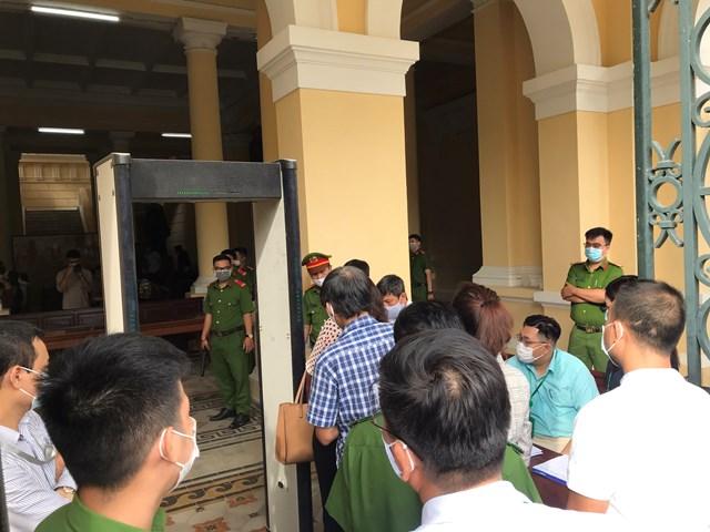 Đến 7h30 vẫn tiếp tục có nhiều người làm thủ tục vào dự phiên khai mạc vụ án liên quan đến đất vàng 8-12 Lê Duẩn, phường Bến Nghé, Quận 1, TP HCM