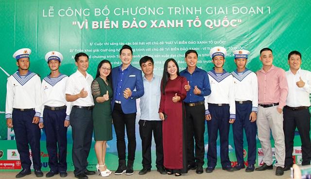 """Ban Tổ chức, ca sĩ Nguyễn Phi Hùng – Đại sứ chương trình """"Vì biển đảo xanh Tổ quốc"""" và các chiến sĩ hải quân tại lễ phát động chương trình."""