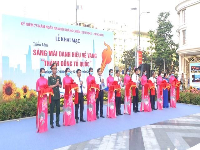 Lễ cắt băng khánh thành triển lãm tại Công viên Lam Sơn, quận 1, TP HCM sáng 22/9