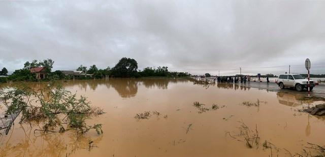 Nhiều người dân còn bị cô lập bởi mưa lũ.
