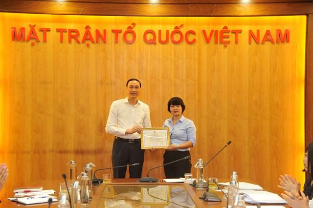 Phó Chủ tịch UBTƯ MTTQ Việt Nam, Chủ tịch Công đoàn cơ quan Phùng Khánh Tài trao Bằng khen của Tổng Liên đoànLao động Việt Nam và Công đoàn Viên chức Việt Nam cho 1 tập thế và 1 cá nhân đã có thành tích xuất sắc trong năm 2019.