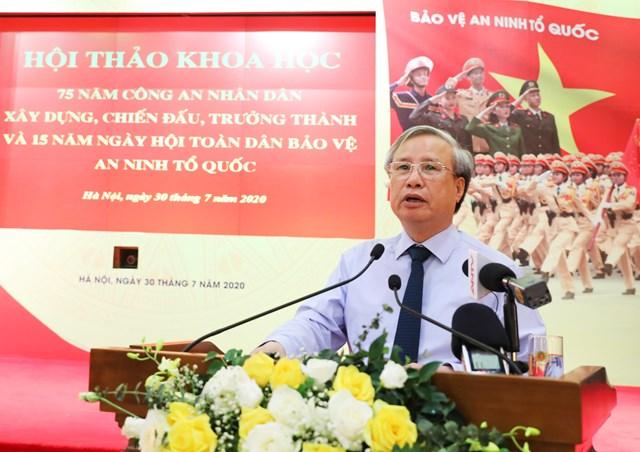 Thường trực Ban Bí thư Trần Quốc Vượng phát biểu tại Hội thảo.