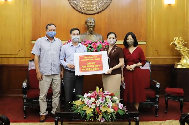 Phó Chủ tịch Trương Thị Ngọc Ánh tiếp nhận ủng hộ từCông ty cổ phần tin học, công nghệ và môi trường – Vinacomin. Ảnh: Đức Thuận.