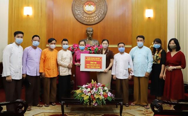 Phó Chủ tịch Trương Thị Ngọc Ánh tiếp nhận ủng hộ từ đại diện thủ nhang, thanh đồng tín ngưỡng thờ mẫu tam phủ người Việt. Ảnh: Đức Thuận.