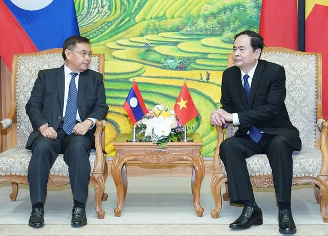 Chủ tịch Trần Thanh Mẫn traođổi cùngôngông Saysomphone Phomvihan.Ảnh: VGP.