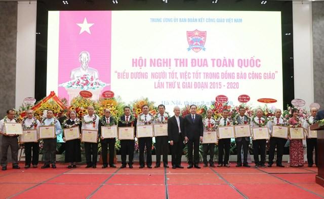Chủ tịch Trần Thanh Mẫn chụp ảnh lưu niệm cùng các tập thể, cá nhân được khen thưởng.