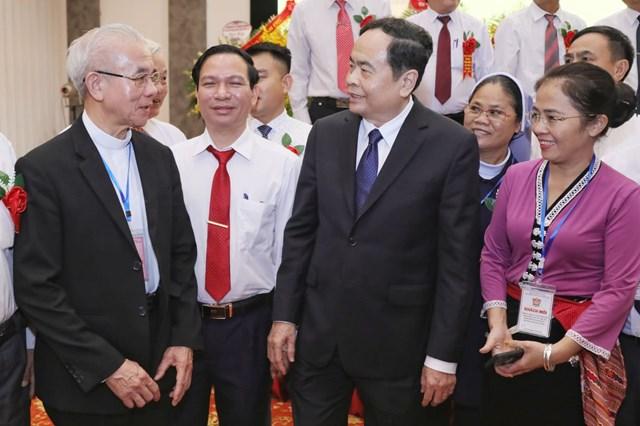 Chủ tịch Trần Thanh Mẫn trò chuyện cùng các đại biểu. Ảnh: Quang Vinh.