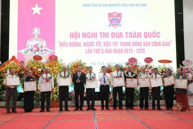 Phó Trưởng ban Dân vận Nguyễn Lam trao những phần thưởng cao quý.