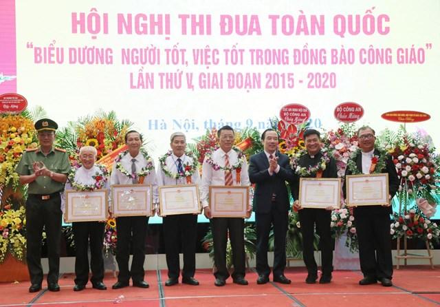 Phó Chủ tịch UBTƯ MTTQ Việt Nam Ngô Sách Thực trao những phần thưởng cao quý.