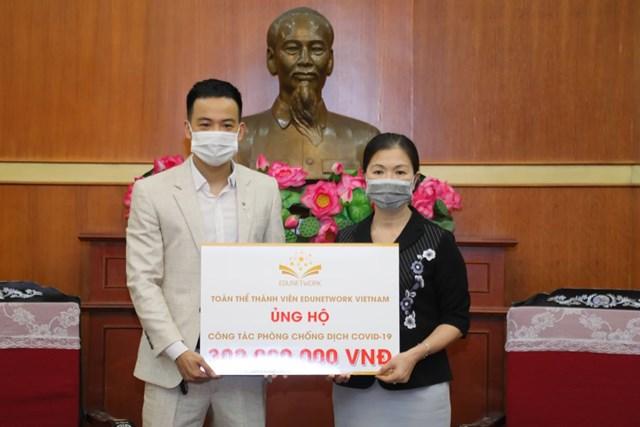 Phó Chủ tịch UBTƯ MTTQ Việt Nam Trương Thị Ngọc Ánh đã tiếp nhận số tiền 300 triệu đồng từ toàn thể thành viên Edunetwork Việt Nam.