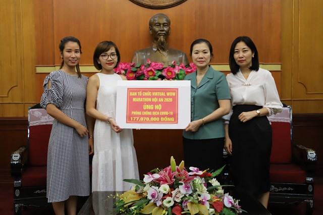 Phó Chủ tịch Trương Thị Ngọc Ánh tiếp nhận ủng hộ từ Ban Tổ chức Giải VIRTUAL WOW MARATHON Hội An 2020. Ảnh: Thế Quảng.