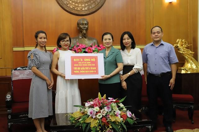 Phó Chủ tịch Trương Thị Ngọc Ánh tiếp nhận 100 đôi giày Bitís Ucare từ nhà tài trợ Bitís.