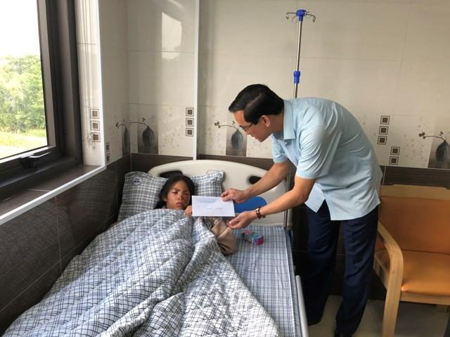Ông Nguyễn Hải, Chủ tịch Ủy ban MTTQ tỉnh Phú Thọ thăm hỏi và trao tiền hỗ trợ cho người bị thương đang điều trị tại Trung tâm Y tế huyện Hạ Hòa.