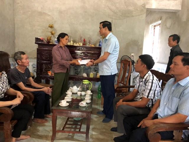 Ông Nguyễn Hải, Chủ tịch Ủy ban MTTQ tỉnh Phú Thọ thăm hỏi và trao tiền hỗ trợ cho gia đình có người bị thiệt mạng ở khu 2 xã Ấm Hạ.